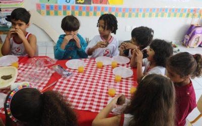 Educação Infantil em atividade na cozinha experimental