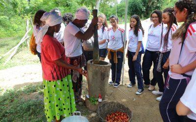 Estudantes em aula de campo no quilombode Kaonge